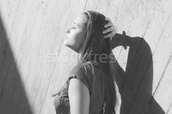 Moda model beton duvar poz bakıyor Stok fotoğraf © pekour