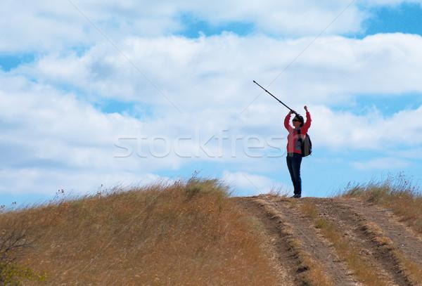 Turist kadın dağlar mutlu bulutlu gökyüzü Stok fotoğraf © pekour