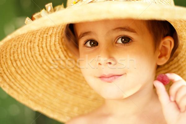 Huncut kicsi fiú szalmakalap málna kint Stock fotó © pekour