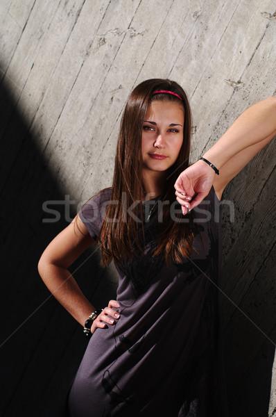 Stok fotoğraf: Moda · model · beton · duvar · poz · bakıyor