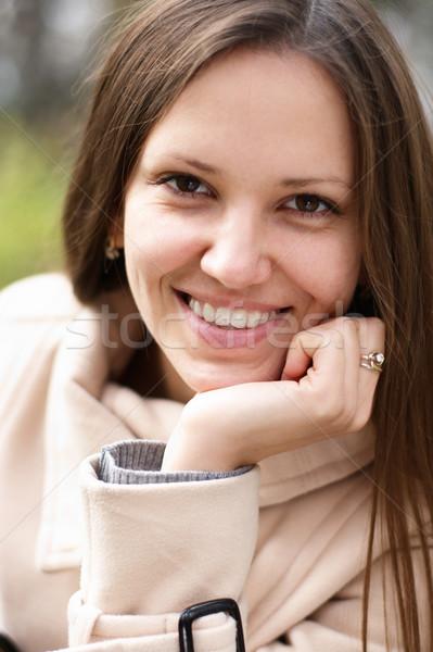 Foto stock: Mulher · jovem · ao · ar · livre · branco · casaco · outono · mão