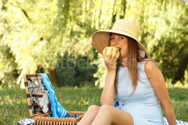 Kadın hasır şapka ısırmak elma yaz çayır Stok fotoğraf © pekour