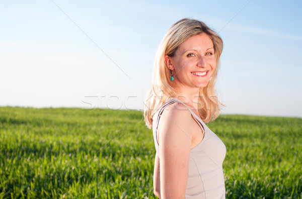 Photo stock: Heureux · femme · vert · domaine · souriant · femme · blonde