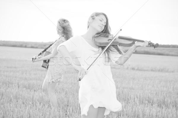 Foto stock: Dois · mulheres · jovens · jogar · guitarra · violino · ao · ar · livre