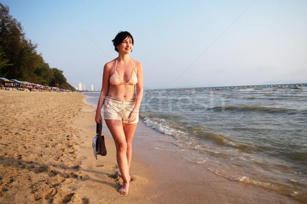 Mulher caminhada praia mar borda sorrir Foto stock © pekour