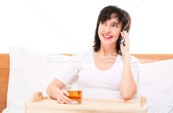 Photo stock: Femme · lit · téléphone · verre · jus · plateau