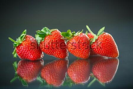 érett piros eprek fekete étel gyümölcs Stock fotó © Peredniankina