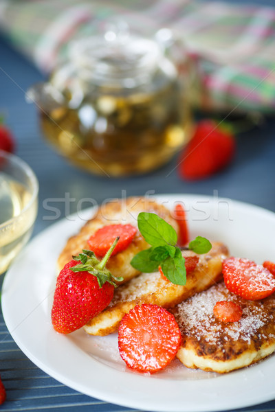 Stock fotó: Sajt · palacsinták · sült · cukor · eprek · tányér