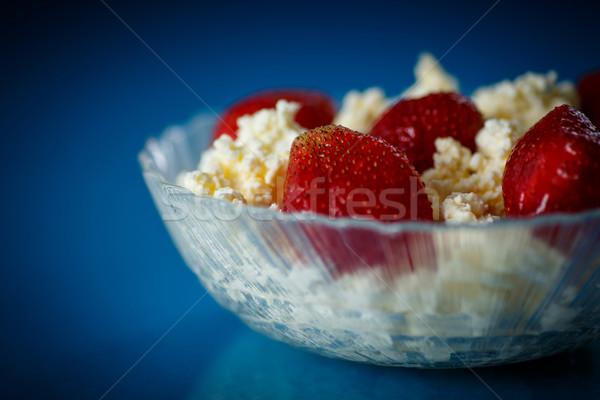 Twaróg truskawek tablicy niebieski żywności domu Zdjęcia stock © Peredniankina