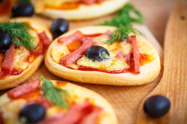Mini pizza aceitunas tocino queso alimentos Foto stock © Peredniankina