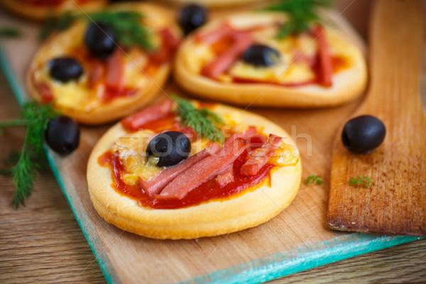 Foto stock: Mini · pizza · azeitonas · bacon · queijo · comida