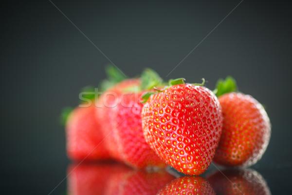Olgun kırmızı çilek siyah gıda meyve Stok fotoğraf © Peredniankina