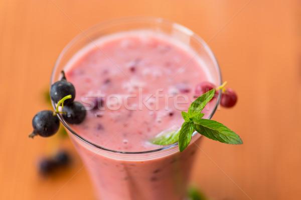 Verão preto groselha copo mesa de madeira fruto Foto stock © Peredniankina