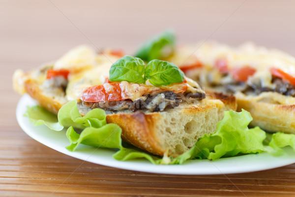 Bruschetta funghi formaggio pomodori pane Foto d'archivio © Peredniankina