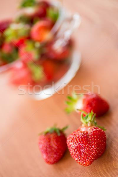 зрелый клубники чаши деревянный стол продовольствие лист Сток-фото © Peredniankina