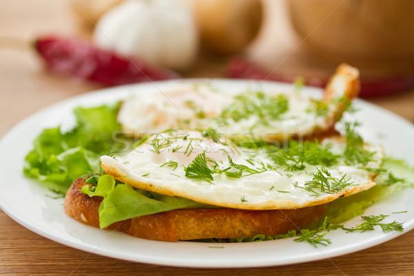 Pirítós tükörtojás saláta tojások tányér reggeli Stock fotó © Peredniankina