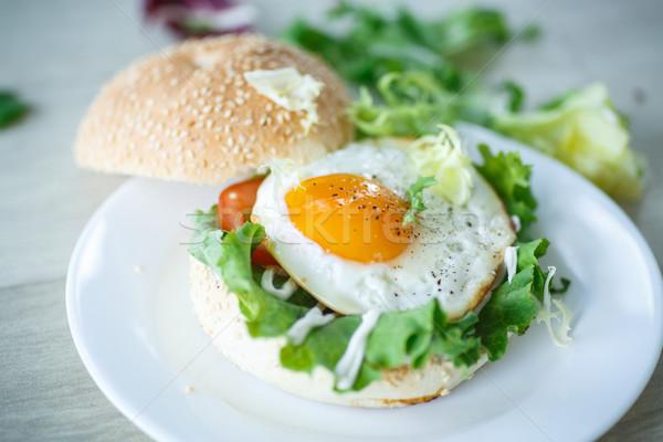 Sahanda yumurta sandviç marul yumurta arka plan tablo Stok fotoğraf © Peredniankina