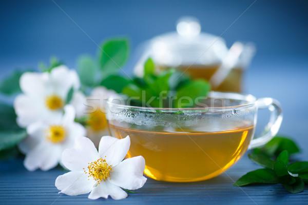 Thee rozenblaadjes beker tabel bloemen glas Stockfoto © Peredniankina