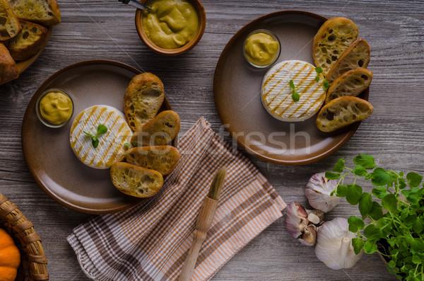 A la parrilla camembert mostaza delicioso francés hierbas Foto stock © Peteer