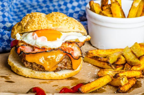 Ev yapımı Burger sahanda yumurta baharatlı patates kızartması ahşap Stok fotoğraf © Peteer