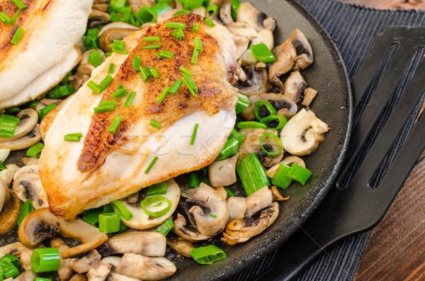 Poitrine de poulet champignons pan alimentaire feuille Photo stock © Peteer