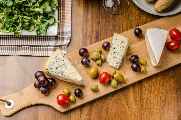 Formaggio tipo gorgonzola olive uve insalata dietro Foto d'archivio © Peteer