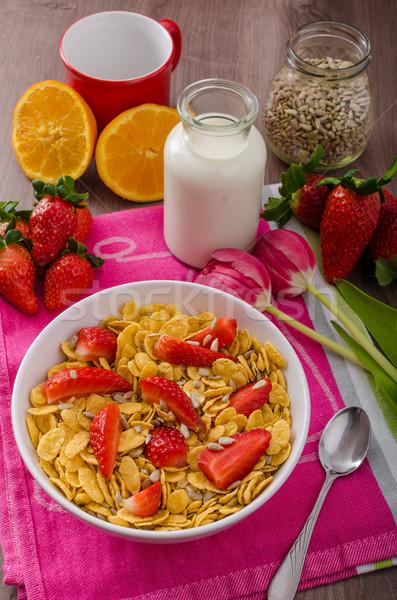 Saludable desayuno copos de maíz leche frutas fresas Foto stock © Peteer