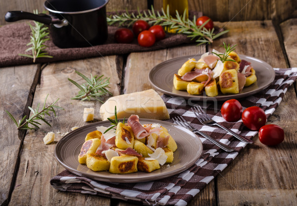 Pörkölt krumpli prosciutto fokhagyma gyógynövények parmezán sajt Stock fotó © Peteer