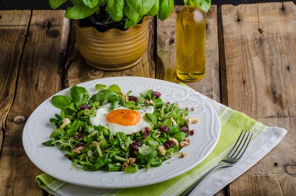 Taze salata fındık kuru üzüm sahanda yumurta zeytinyağı Stok fotoğraf © Peteer