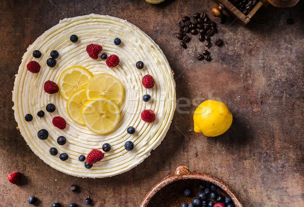 Lămâie prajitura cu branza fructe de padure proaspăt fructe întuneric Imagine de stoc © Peteer