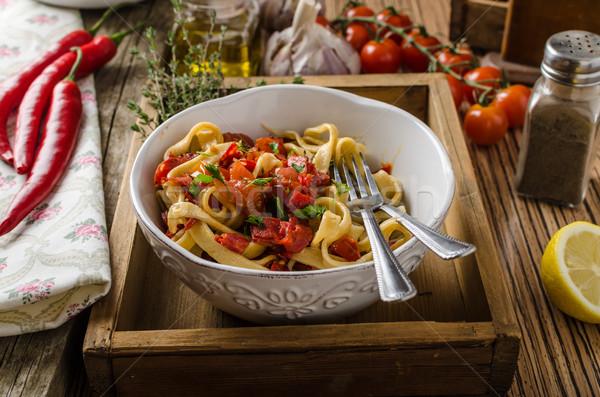 Foto stock: Pasta · tomates · cherry · pesto · chile · hierbas · mesa