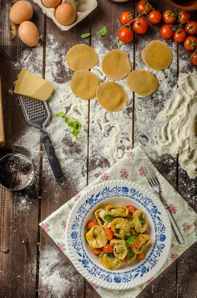 Töltött tortellini pesztó sült vaj paradicsomok Stock fotó © Peteer