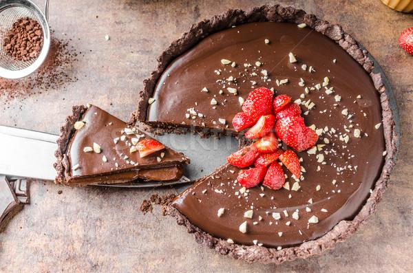 Heerlijk karamel chocolade taart noten aardbeien Stockfoto © Peteer