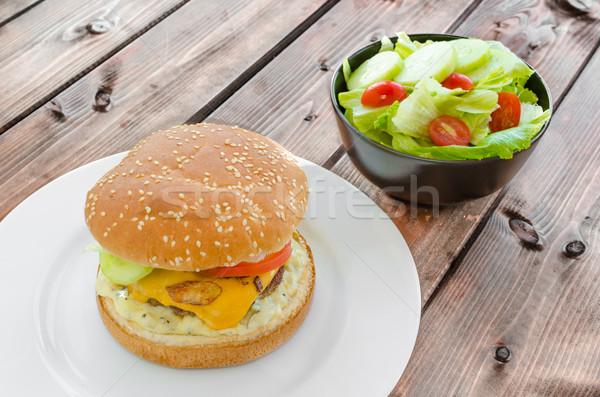Hamburguesa con queso tocino salsa jardín ensalada casero Foto stock © Peteer