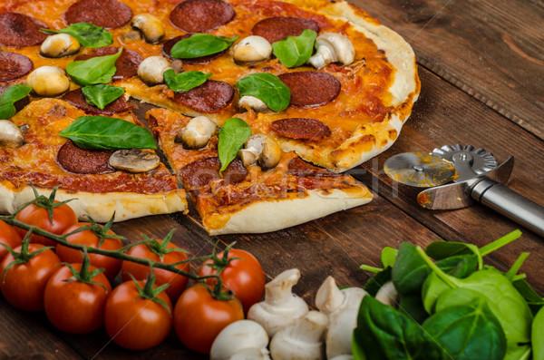 素朴な ピザ サラミ ほうれん草 粘土 ストックフォト © Peteer