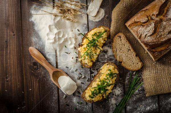 Foto d'archivio: Uova · strapazzate · erbe · croccante · pane · fatto · in · casa · alimentare