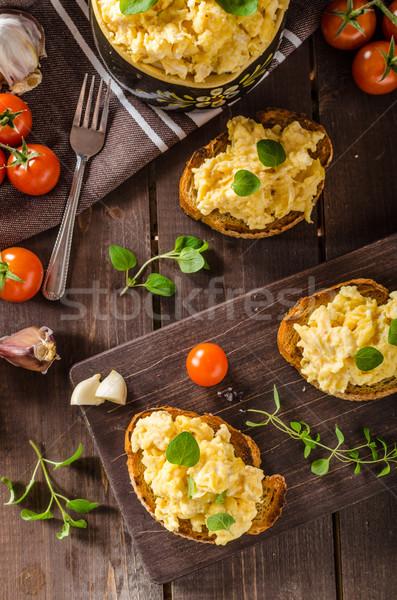 Ovos mexidos ervas alho torrado pão delicioso Foto stock © Peteer