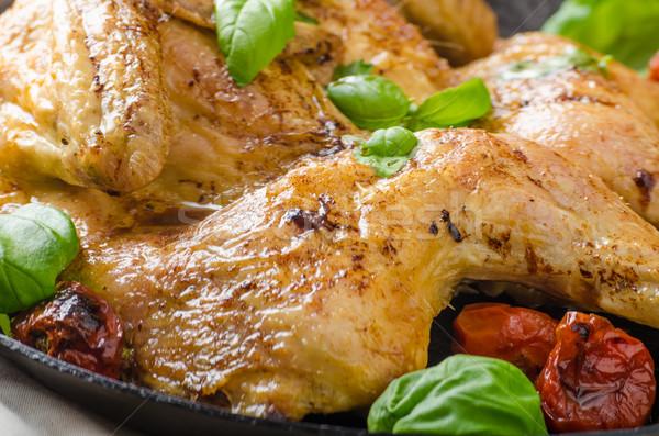 Frango tomates manjericão ferro panela Foto stock © Peteer