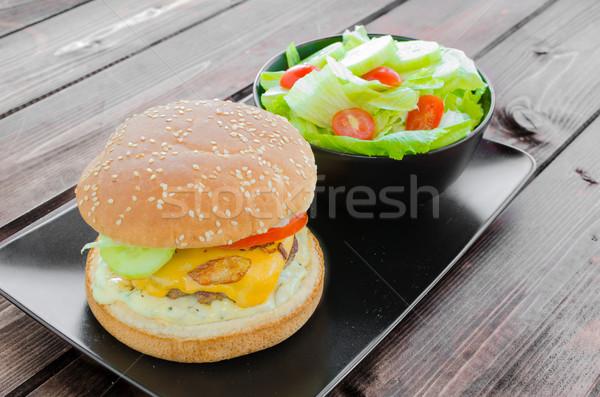 Cheeseburger pancetta salsa giardino insalata fatto in casa Foto d'archivio © Peteer