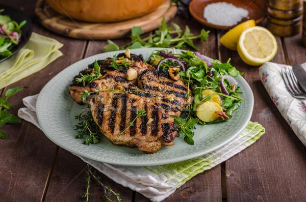 Alla griglia carne di maiale lattuga insalata pasto sfondo Foto d'archivio © Peteer