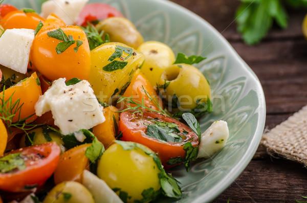 Friss paradicsom olajbogyók saláta fetasajt gyógynövények Stock fotó © Peteer