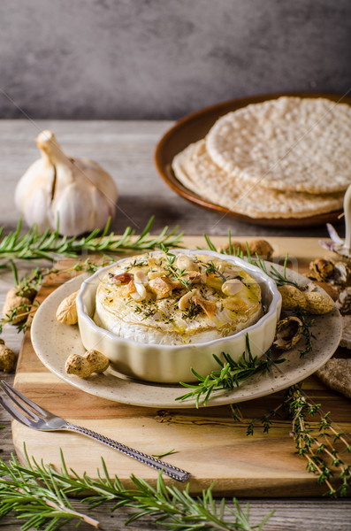 Camembert nueces hierbas simple delicioso Foto stock © Peteer
