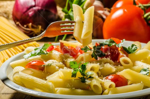 Delicioso macarrão tomates ervas queijo parmesão restaurante Foto stock © Peteer