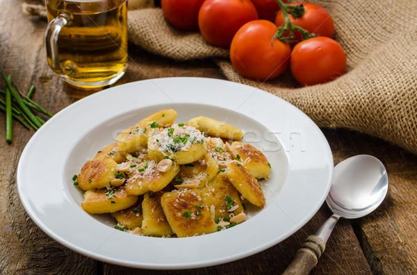 Stok fotoğraf: Ev · yapımı · patates · fındık · parma'ya · ait · parmesan · peyniri · taze