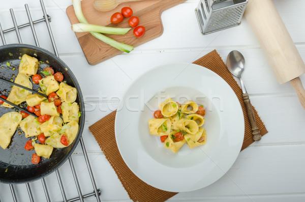 Házi készítésű tortellini liszt töltött parmezán sajt paradicsomok Stock fotó © Peteer