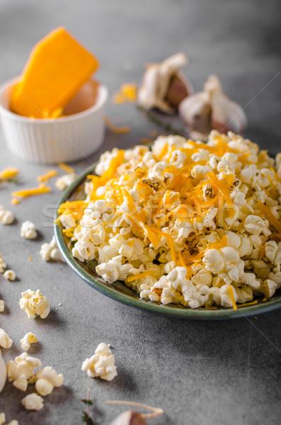Făcut în casă brânză floricele de porumb usturoi ierburi cascaval Imagine de stoc © Peteer