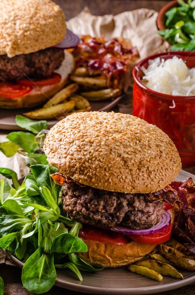 Sığır eti Burger domuz pastırması patates kızartması ev küçük Stok fotoğraf © Peteer