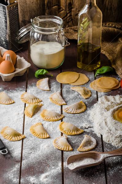 Foto d'archivio: Fatto · in · casa · tortellini · pesto · ripieno · formaggio · cena