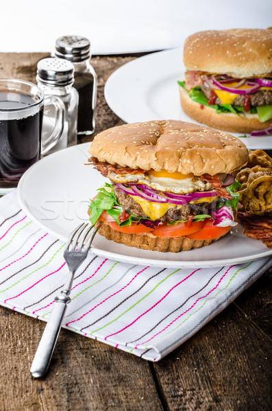 Sığır eti Burger sahanda yumurta domuz pastırması Stok fotoğraf © Peteer
