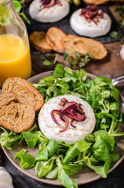 A la parrilla camembert queso ensalada panini pan Foto stock © Peteer